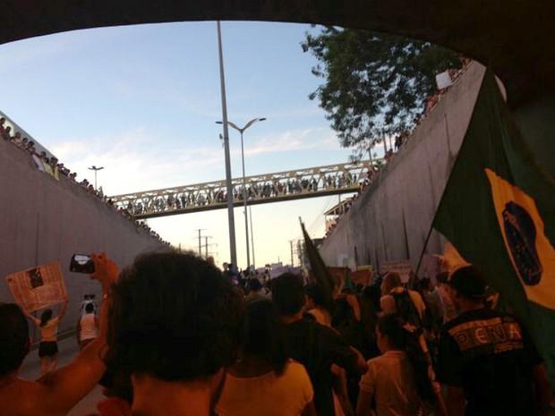 Participantes do protesto passam debaixo de viaduto da Djalma Batista (Foto: José Cardoso/VC no G1)