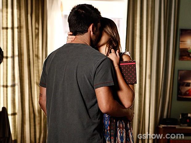 Depois da discussão, Luiza e André se entendem e acabam se beijando (Foto: Inácio Moraes / TV Globo)