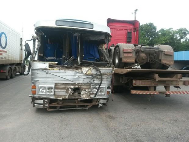 Ônibus bate em carreta na BR-153, no sul do Tocantins (Foto: Divulgação/PRF TO)