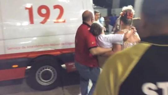 Porta-bandeira da Dragões da Real sai do sambódromo em ambulância
