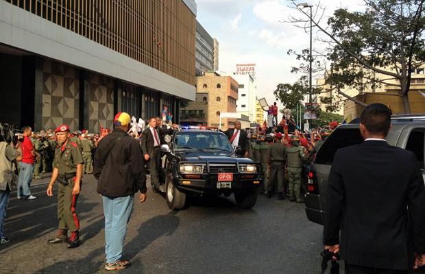 Em meio de fortes medidas de segurança, caravana do presidente Maduro chega ao Conselho Nacional Eleitoral. Mais de uma dúzia de veículos de escoltas e funcionários acompanham o presidente (Foto: Paula Ramón/G1)