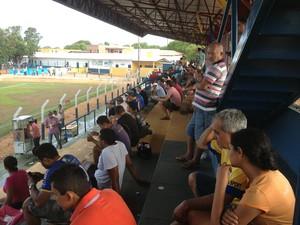 Pouco mais de 200 torcedores estavam no estádio General Sampaio (Foto: Vilma Nascimento/GloboEsporte.com)
