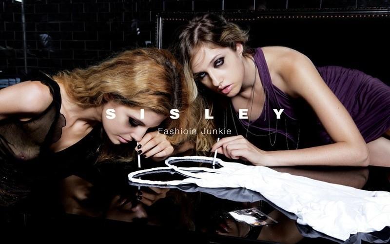 Em mais um ensaio polêmico, a Sisley colocou modelos simulando o consumo de drogas em 2007. O anúncio foi banido. (Foto: Divulgação)