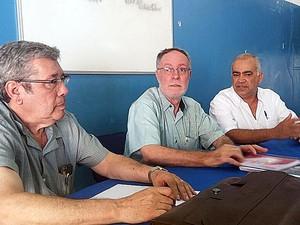 Barjas (centro) apresenta Godoy (esquerda) e Rosa como futuros secretários em Piraciaba (Foto: Araripe Castilho/G1)