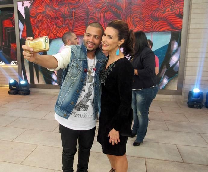 Projota tira selfie com a apresentadora  (Foto: Juliana Hippert/Gshow)