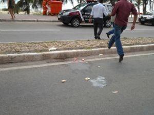 Marca de sangue no local do atropelamento, na Av. Litorânea (Foto: Jacelena Dourado/Imirante.com)