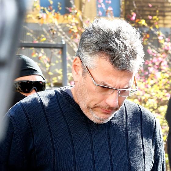 André Gustavo Vieira da Silva, ligado à Arcos Comunicação, foi levado ao IML em Curitiba para exame de corpo delito. Ele foi preso na 42ª fase da Operação Lava Jato, batizada de Cobra (Foto: Rodolfo Buhrer/La Imagem/Fotoarena / Agência O Globo)