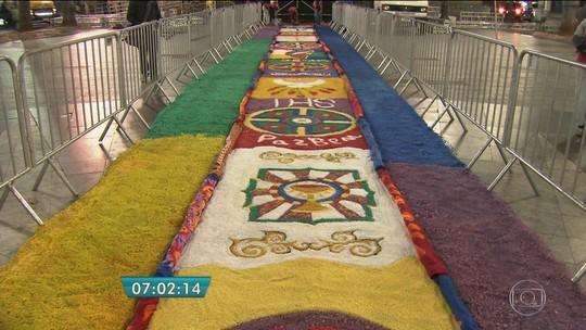 Fiéis preparam tapetes de Corpus Christi em São Paulo