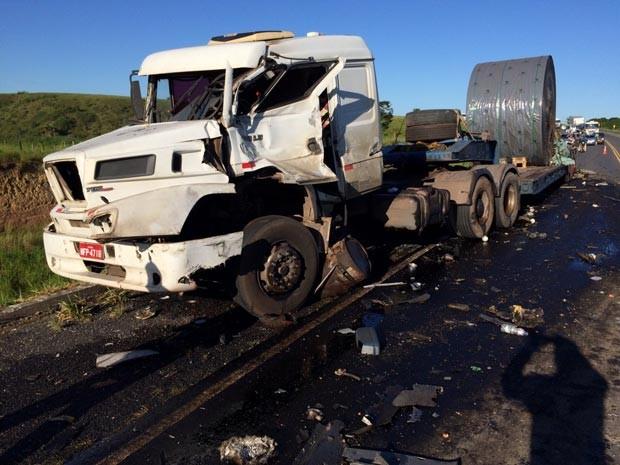 Carreta estava quebrada na pista quando ônibus atingiu veículo (Foto: Viviane Moreira / Site O Povo News)