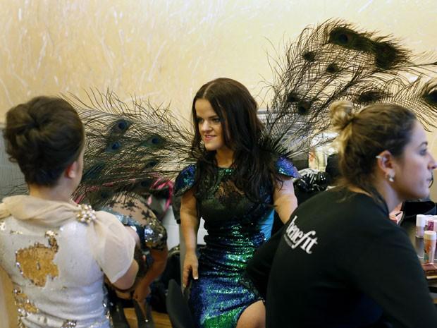 Modelos anãs se vestem para desfile no Dwarf Fashion Show, no Ministério da Cultura da França, nesta sexta-feira (2) (Foto: Jerome Delay/AP)