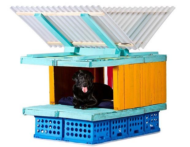 Laboratorio Arquitectura Básica (L.A.B.) - As crenças do escritório de arquitetura estão refletidas nesta casinha de cachorro totalmente sustentável, feita com ripas de madeira, caixas de plástico e telhado de telhas (Foto: Divulgação Archdaily)