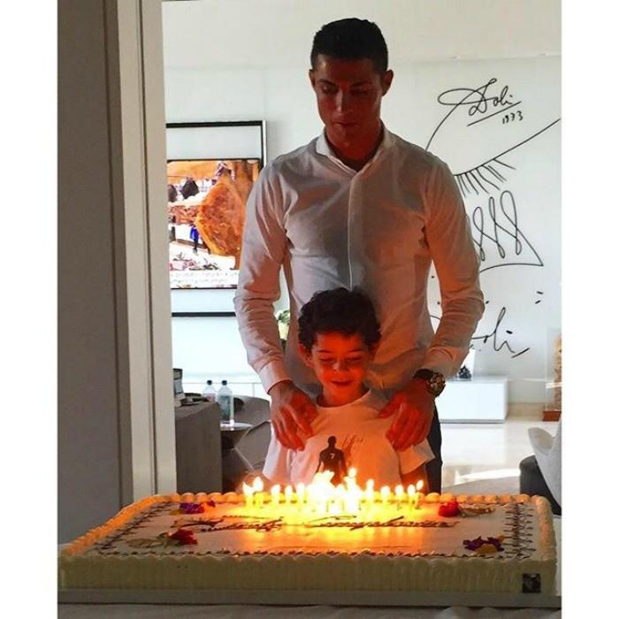 BLOG: Junto do filho, Cristiano Ronaldo posta foto de seu bolo e agradece mensagens