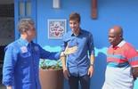 Lucas Silva dá casa de presente para antigo professor de futebol no 'Caldeirão'