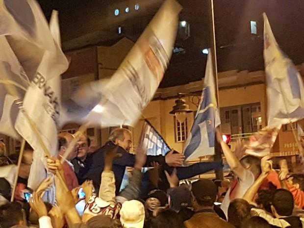 Bernardo Rossi, eleito prefeito de Petrópolis, e o vice, Baninho, encontraram eleitores na Praça da Inconfirência, no Centro de Petrópolis (Foto: Bruno Rodrigues/G1)
