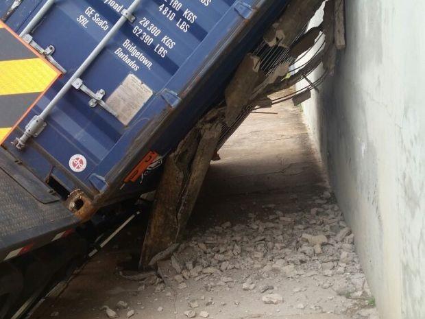 Caminhão tombou em Garça (Foto: Alcyr Netto / Rádio Centro Oeste de Garça)