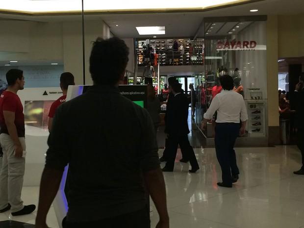 Tiros são disparados no Shopping Iguatemi após tentativa de assalto a joalheria (Foto: Tahiane Stochero/G1)