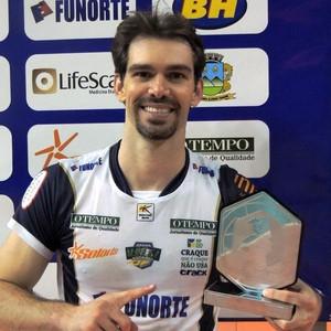 Rodriguinho recebeu o troféu Viva Volei (Foto: Fredson Souza/MCV)