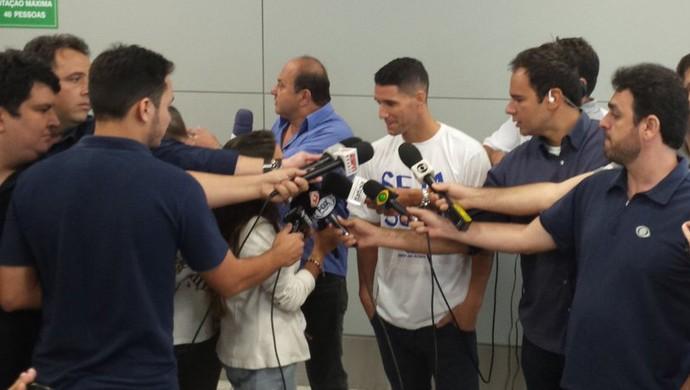 Thiago Neves concede rápida entrevista na chegada ao aeroporto de Confins (Foto: Diogo Finelli)