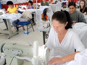 Projeto de Taquaritinga oferece curso gratuito para costureiras (Foto: Leandro Mira/ Divulgação)