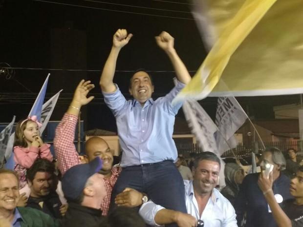 Marcus Melo (PSDB), prefeito eleito em Mogi das Cruzes, comemora vitória (Foto: Cristina Requena/G1)