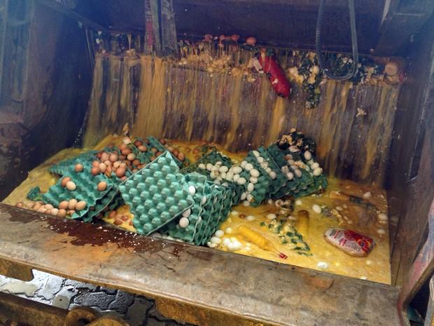 Ovos apreendidos estavam com embalagem irregular e foram jogados no lixo. (Foto: Kety Marinho/TV Globo)