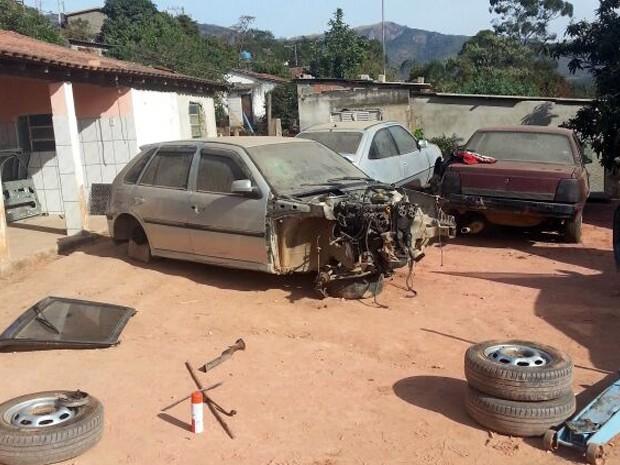 Pelo 15 carros estavam no desmanche (Foto: Polícia Militar de Itapeva)
