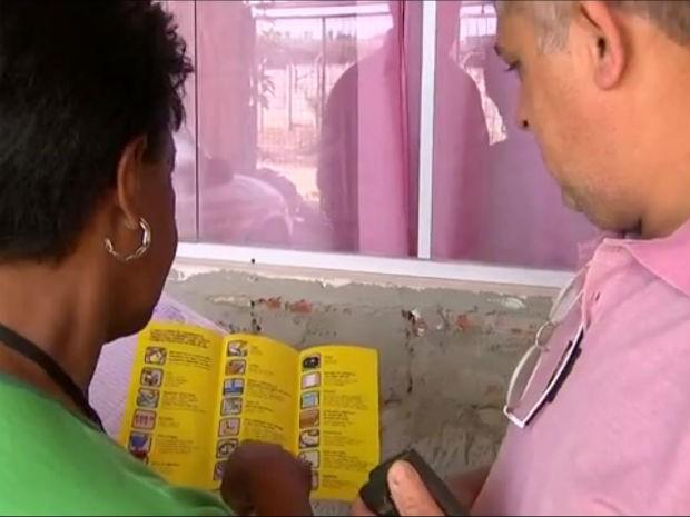 Morador acompanha instruções da equipe de zoonoses contra mosquito (Foto: Reprodução/TV TEM)