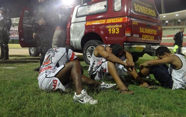 Torcedores feridos aguardam atendimendo médico  (Foto: Caio Lorena / Globoesporte.com)