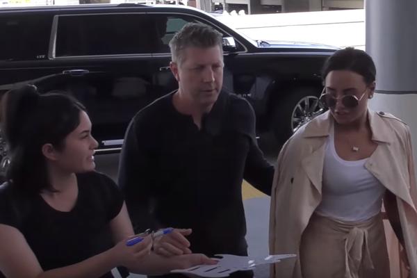 Demi Lovato recusa dar autógrafo em aeroporto (Foto: Reprodução)