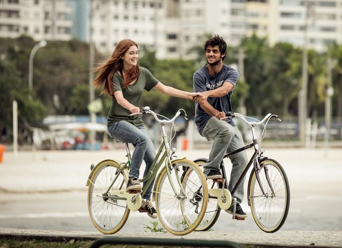 Marina Ruy Barbosa brinca com Felipe Simas durante a sequência de gravações de 'Totalmente Demais' (Foto: Isabella Pinheiro/Gshow)
