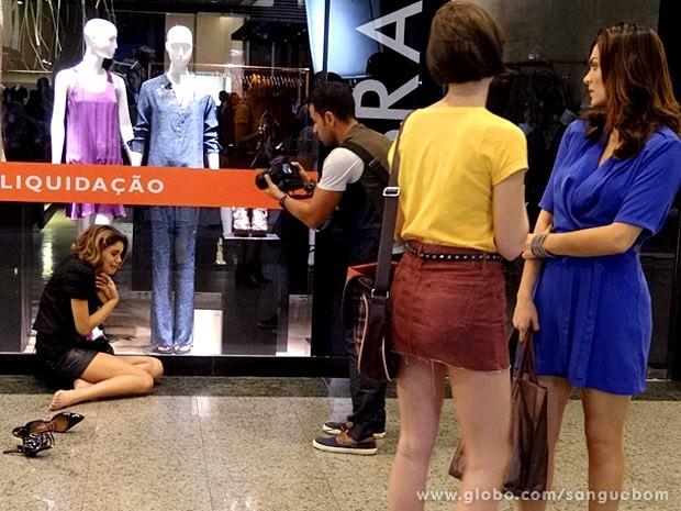 Giane e Charlene presenciam o surto da it-girl (Foto: Sangue Bom / TV Globo)