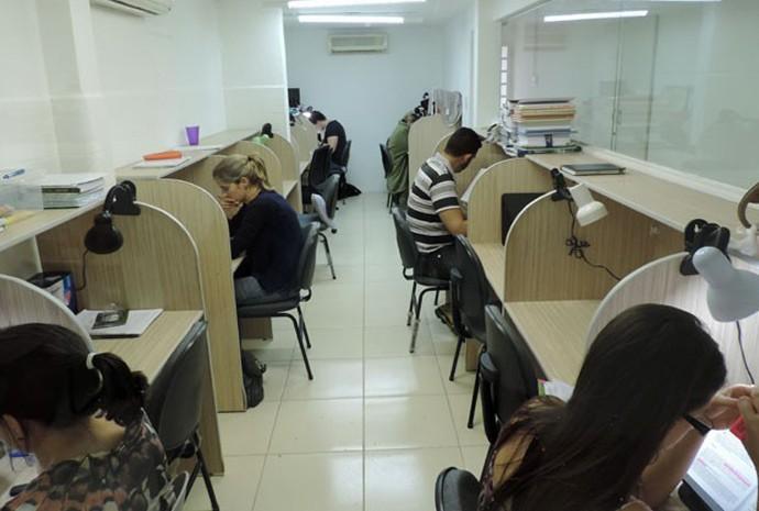 Bancadas de estudo são alugadas para quem não encontra um lugar tranquilo para se concentrar