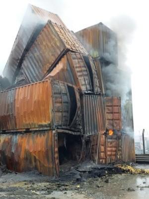 Contêineres ficaram totalmente destruídos após vazamento de gás e incêndio em Guarujá (Foto: G1)