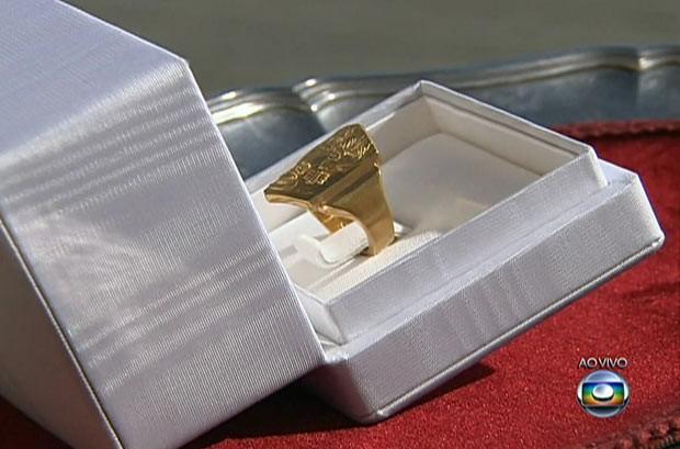 O anel do pescador do Papa Francisco é visto, nesta terça (19), durante a missa inaugural de seu pontificado (Foto: Reprodução)