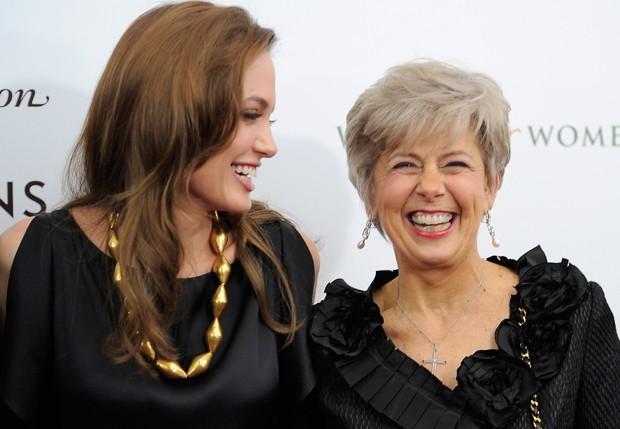 Angelina Jolie ao lado de Jane Pitt durante um evento em 2011 (Foto: Getty Images)