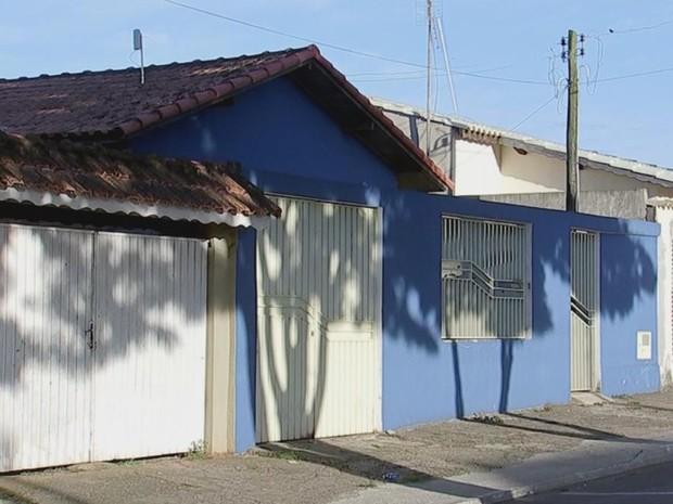 Diretora foi achada morta dentro da própria casa (azul) (Foto: Reprodução/ TV TEM)