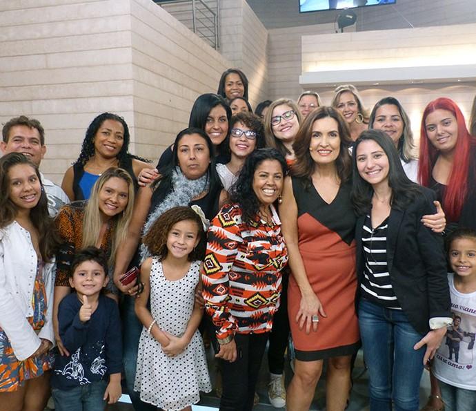 Todo mundo da plateia juntinho para tirar foto com Fátima (Foto: Vinícius Cunha/Gshow)