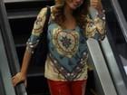 Nívea Stelmann passeia sorridente em shopping no Rio