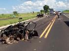 Carro se parte ao meio após ser atingido por caminhão em rodovia