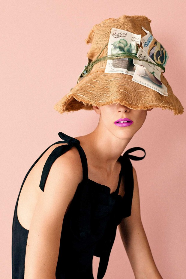 'Sew and Sow': A gardening cloche in hessian, string and paper from the Stephen Jones 'Handmade in England' collection, Spring/Summer 2005. Cotton dress with utility pockets by J.W. Anderson. Styling by Mattias Karlsson (Foto: BEN TOMS)