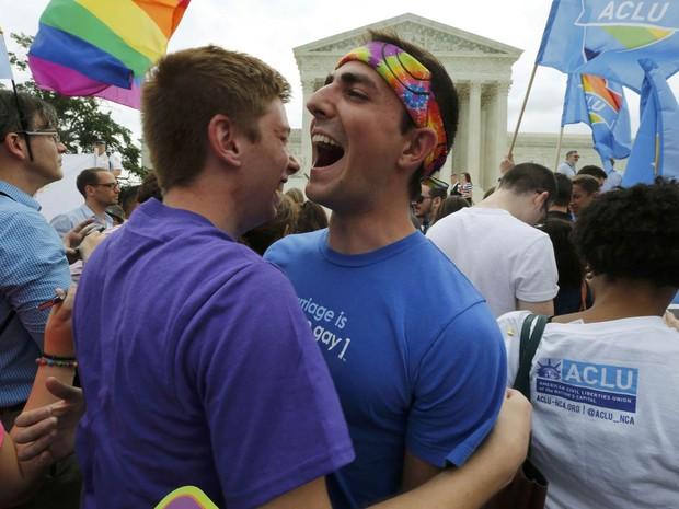 Apoiadores da luta por direitos LGBT celebram em frente ao prédio da Suprema Corte dos EUA em Washington DC, após a provação do casamento gay para todo o país (Foto: Jim Bourg/Reuters)