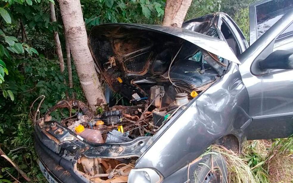 Carro saiu da pista e bateu em árvore; dois morreram (Foto: Ivonaldo Paiva/Blogbraga)