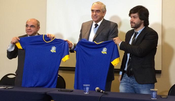 Bandeira de Mello e Mario Celso Petraglia com a camisa do Bom Senso (Foto: Alexandre Lozetti)