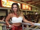 Viviane Araújo exibe curvas e marca de biquíni em ensaio do Salgueiro