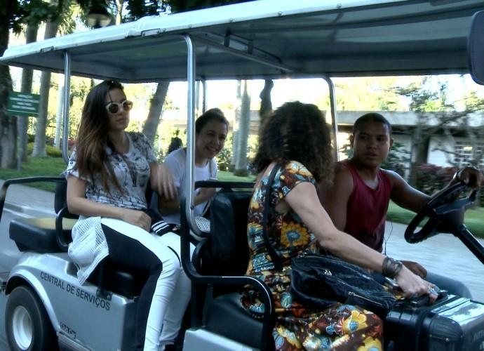 Anitta em direção ao estúdio do Tomara que Caia (Foto: TV Globo)