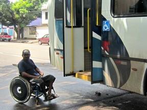 Cadeirantes enfrentam dificuldades para utilizar ônibus em Macapá