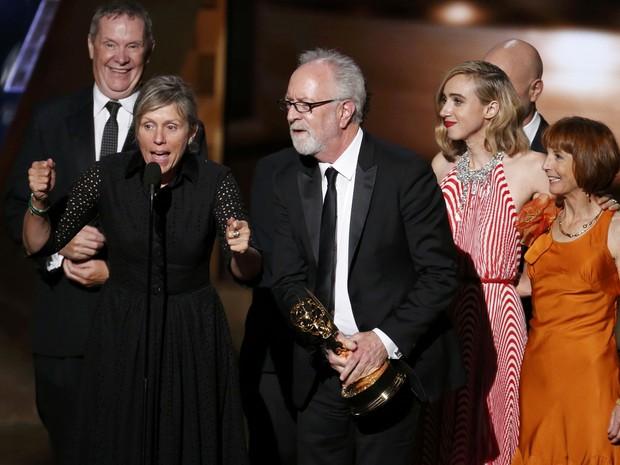 Elenco de Olive Kitteridge sobe ao palco para receber prêmio de melhor série limitada, antiga categoria minissérie (Foto: REUTERS/Lucy Nicholson)
