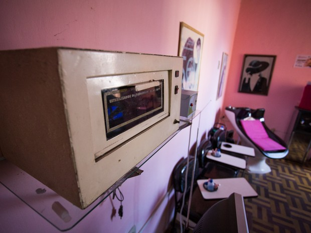 Forninhos com luz ultravioletas não podem ser mais utilizados, porém, maioria dos salões utilizam (Foto: Jonathan Lins/G1)