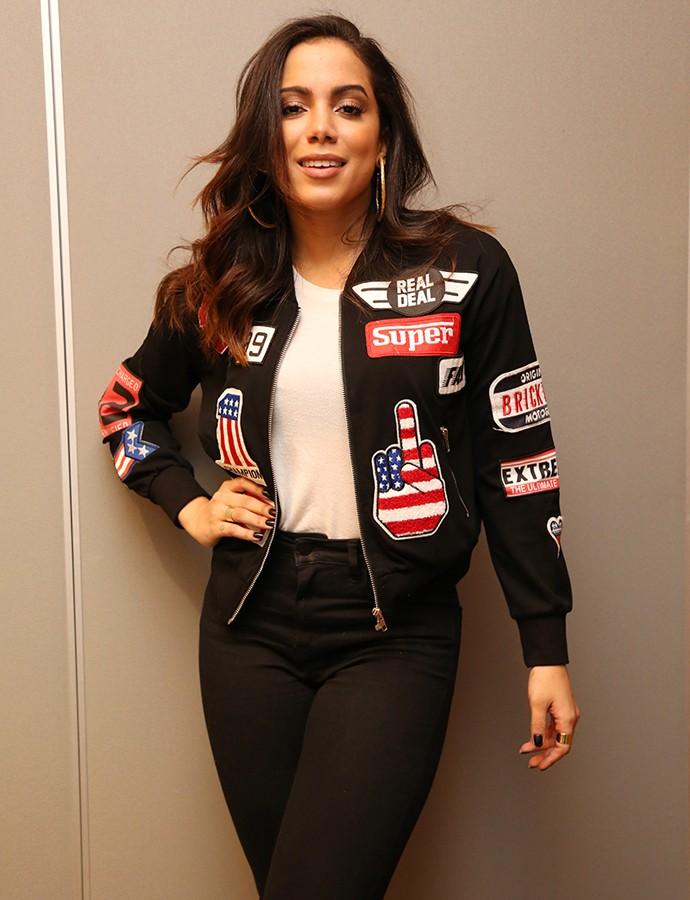 Anitta apostou em look com jaqueta e calça jeans (Foto: Carol Caminha / Gshow)