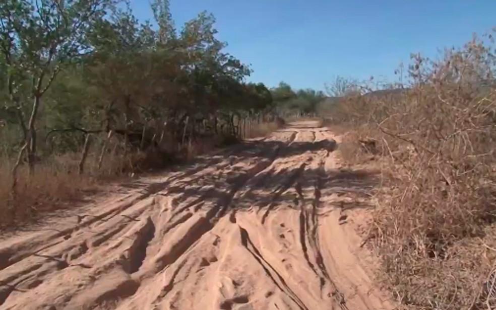Estrada que dá acesso ao local onde há extração de ametista é de terra (Foto: Reprodução/ TV São Francisco)